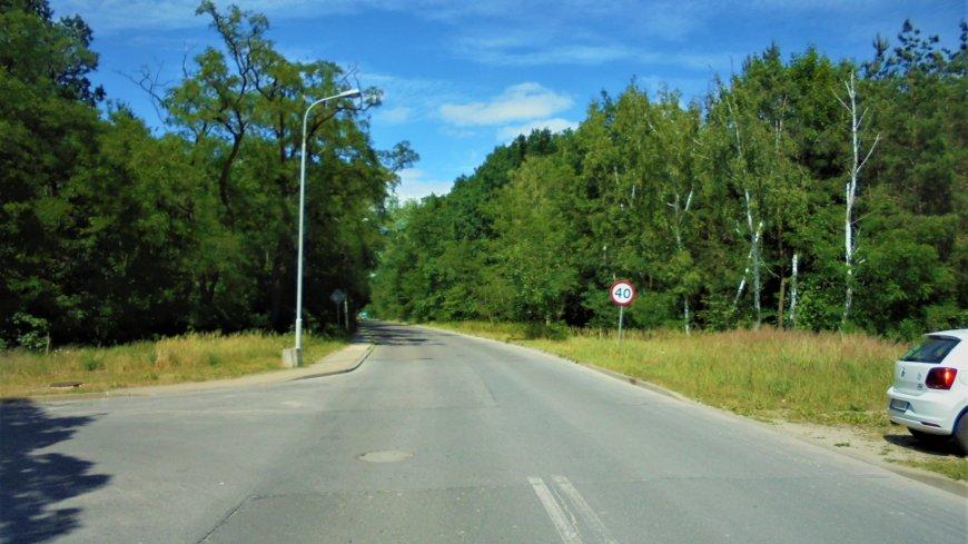 Zdjęcie przedstawia fragment modernizowanej drogi przed inwestycją