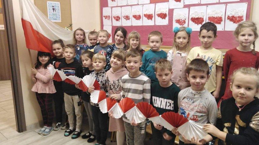 Dzieci śpiewające hymn Polski.