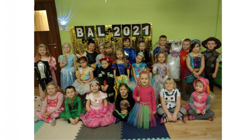 Grupa dzieci, przedszkolaków, którzy są poprzebierani z okazji balu przebierani z okazji balu przebierańców.