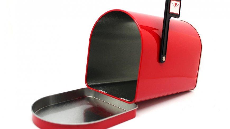 Czerwona skrzynka pocztowa.