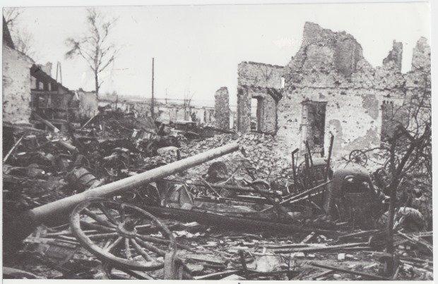 Historyczne zdjęcie przedstawiające ruiny po walkach o Kostrzyn nad Odrą.