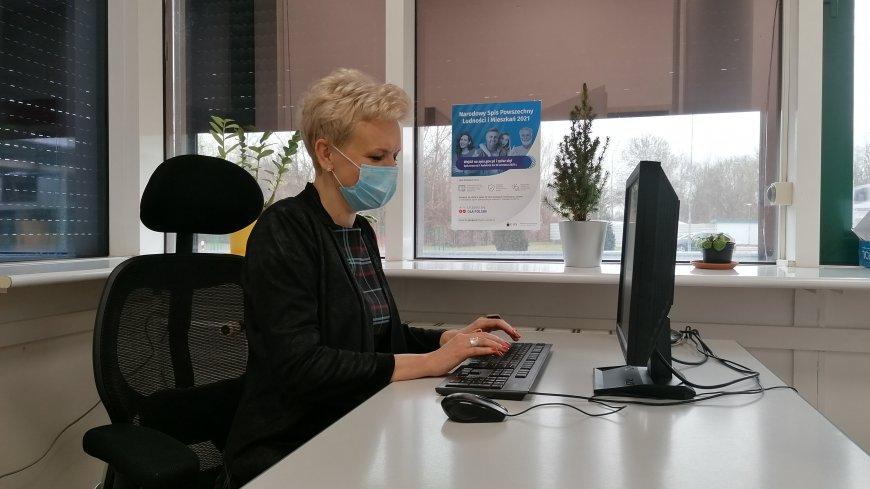 Pani Agnieszka Żurawska-Tatała przy komputerze.