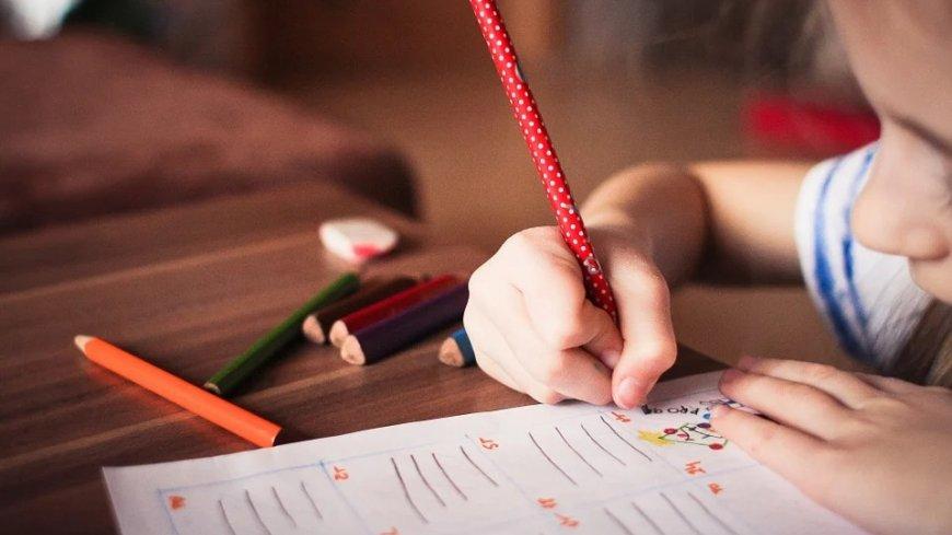 Dziecko rysujące kredkami.