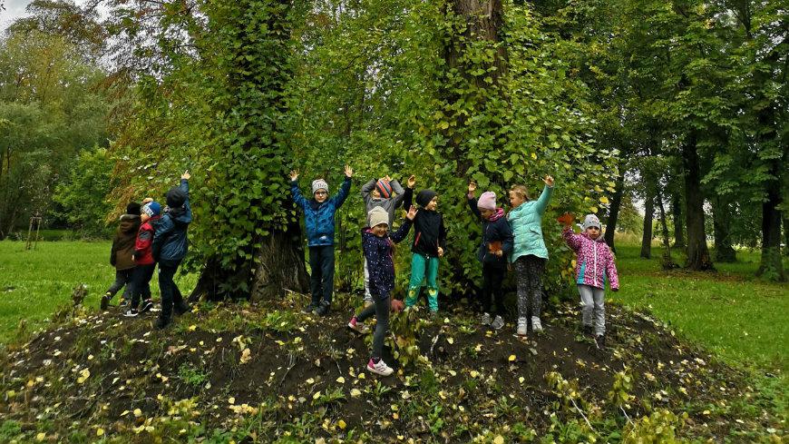Dzień drzewa to dla ekoludków ważne święto! Dlatego w ramach współpracy z Nadleśnictwem z Dębna i Leśnictwem z Kostrzyna nad Odrą zaprosiliśmy do naszego przedszkola leśnika.