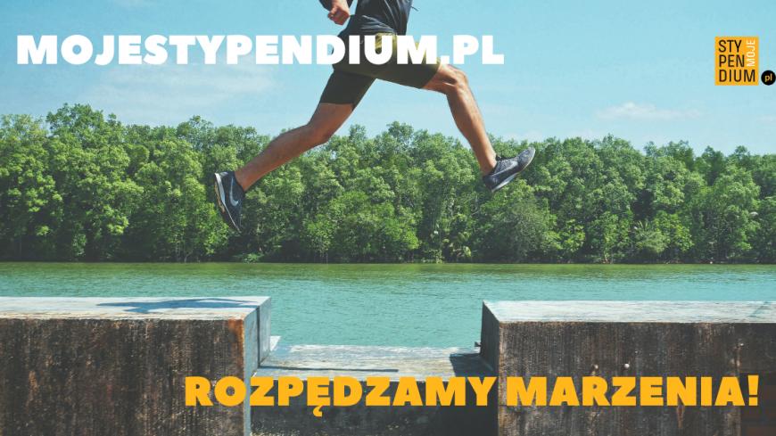 """Baner MOJESTYPENDIUM.PL zawierający zdjęcie biegnącego po nabrzeżu młodego człowieka z napisami """"MOJESTYPENDIUM.PL"""" oraz """"ROZPĘDZAMY MARZENIA"""""""