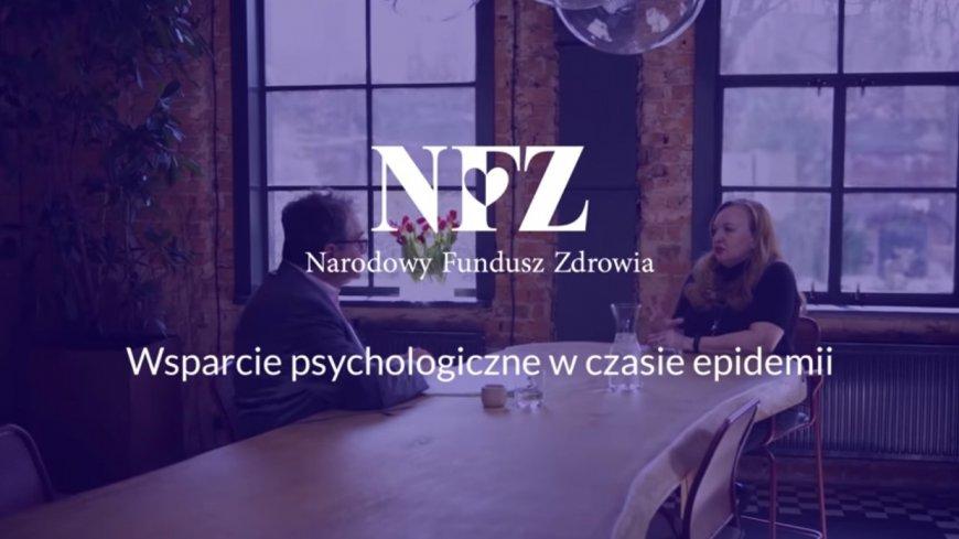 stopklatka materiału filmowego Narodowego Funduszu Zdrowia - napisy: NFZ, Narodowy Fundusz Zdrowia, Wsparcie psychologiczne w czasie epidemii. W tle rozmawiające dwie osoby.