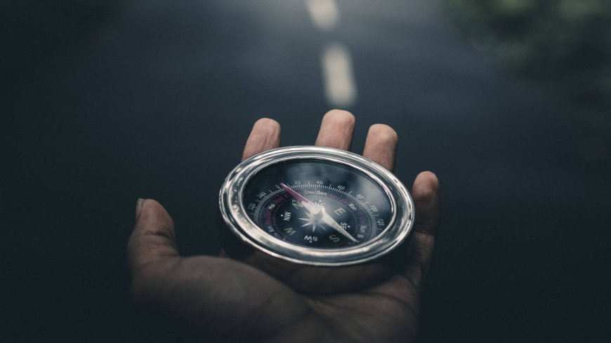 Przykładowe zdjęcie przedstawiające rękę z kompasem