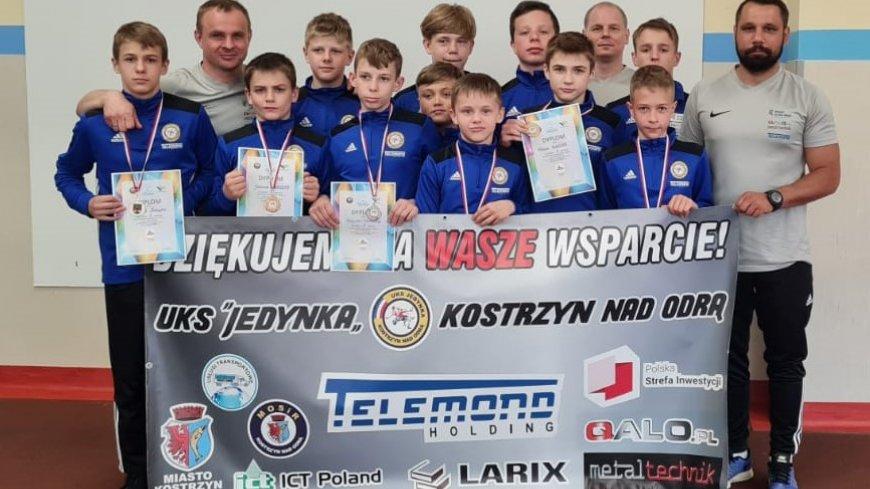 Na zdjęciu zawodnicy i trenerzy UKS Jedynka