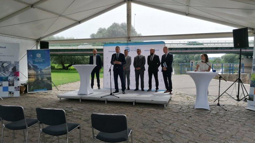 Zdjęcie z konferencji prasowej w sprawie budowy mostu.