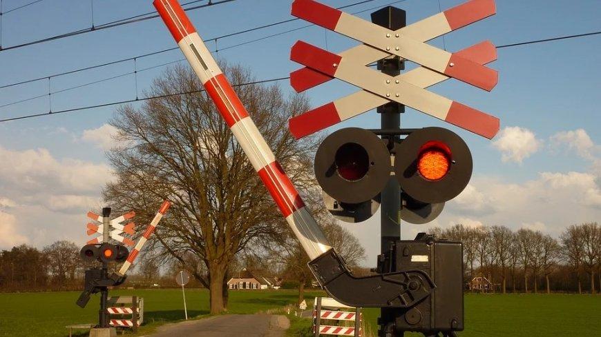 Przejazd kolejowy z zamykającymi się rogatkami.