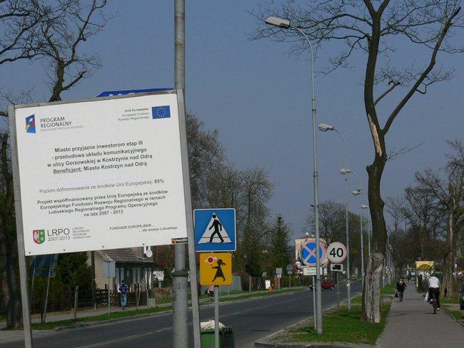 na zdjęciu fragment ulicy Gorzowskiej z tablicą informacyjną projektu