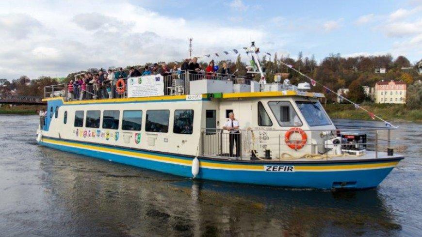 "na zdjęciu statek pasażerski ""Zefir"""