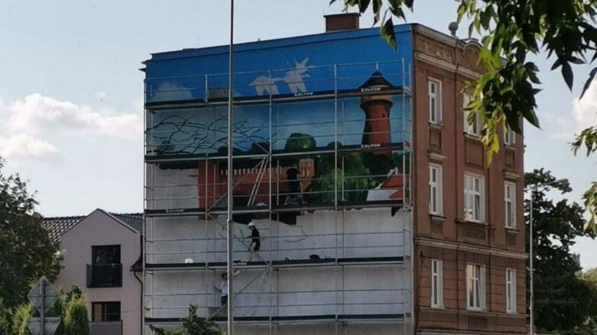 Zdjęcie powstającego murala. Widoczny fragment grafiki.