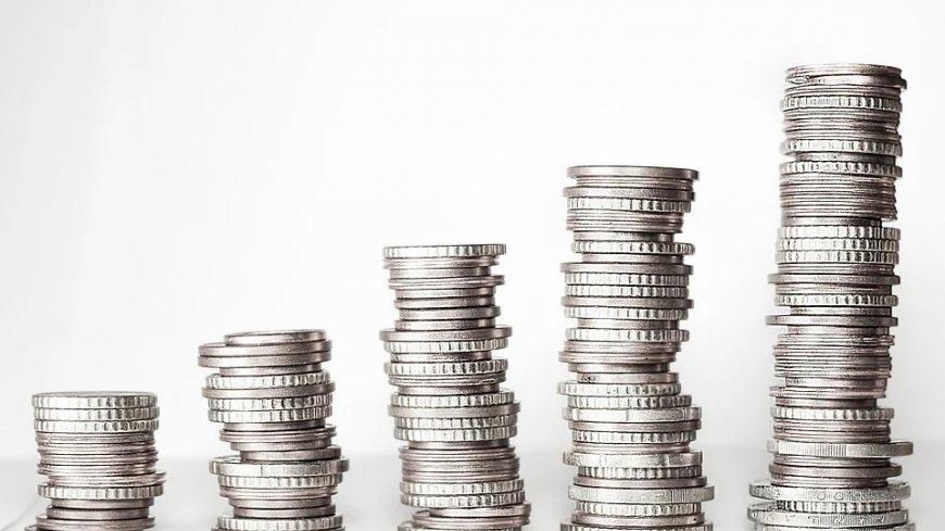 Pięć stosów monet, zwiększających się od lewej do prawej.