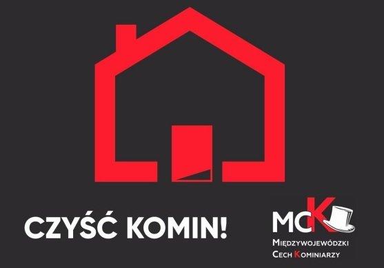 """Fragment plakatu - napis """"czyść komin"""", logo Międzywojewódzkiego Cechu Kominiarzy oraz grafika domku - wyłącznie kontury."""